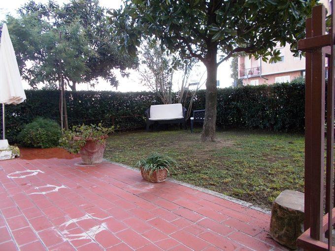 Scandicci Casellina: trilocale con giardino angolare